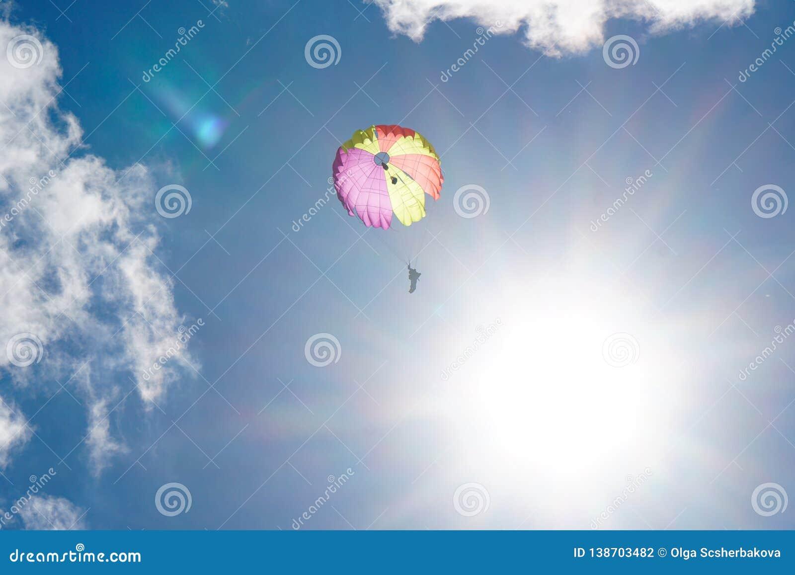 天空的跳伞运动员:墙纸