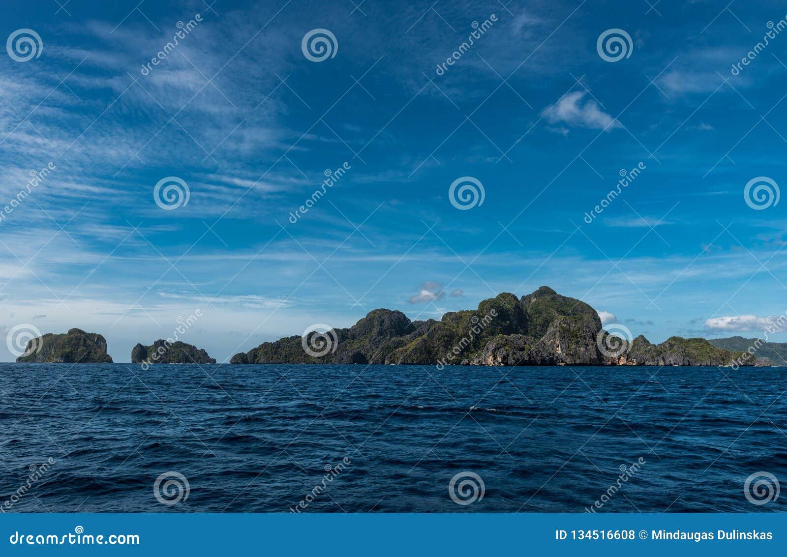 天空蔚蓝和海水在El Nido,巴拉旺岛,菲律宾