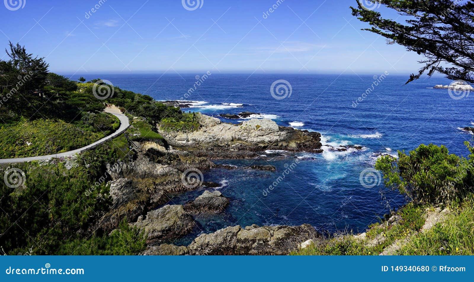 天空蔚蓝和海海岸线风景全景与岩石的太平洋海岸的
