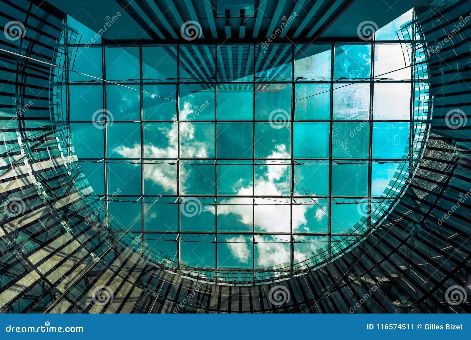 天空通过玻璃屋顶