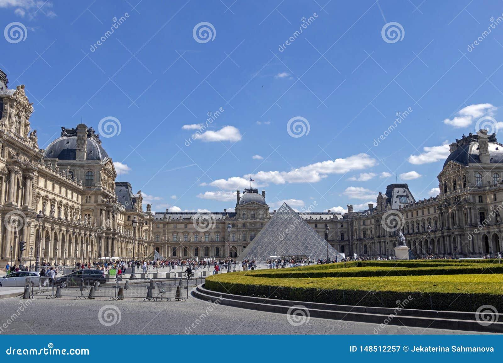 天窗或者罗浮宫,world's最大的美术馆和历史的纪念碑在巴黎,法国