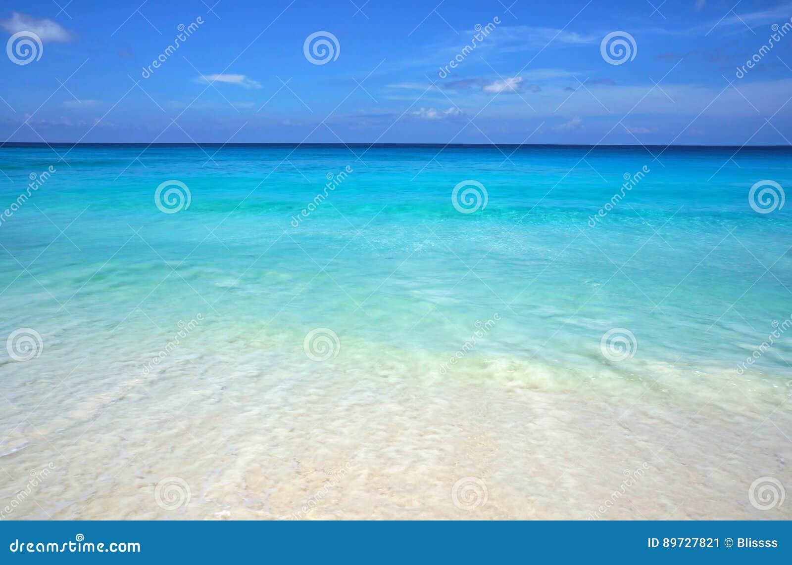 天蓝色的透明海洋水和蓝天风景海景  海滩沙子热带白色 海滨胜地田园诗风景