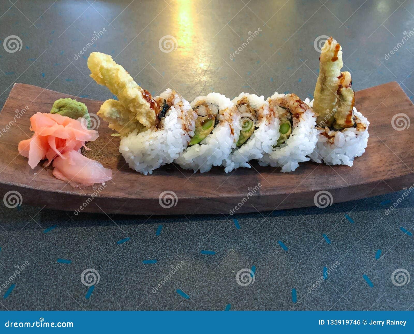 天麸罗芦笋在木板材的寿司卷