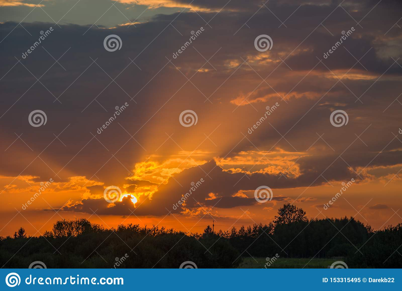 太阳光芒和太阳在云彩后