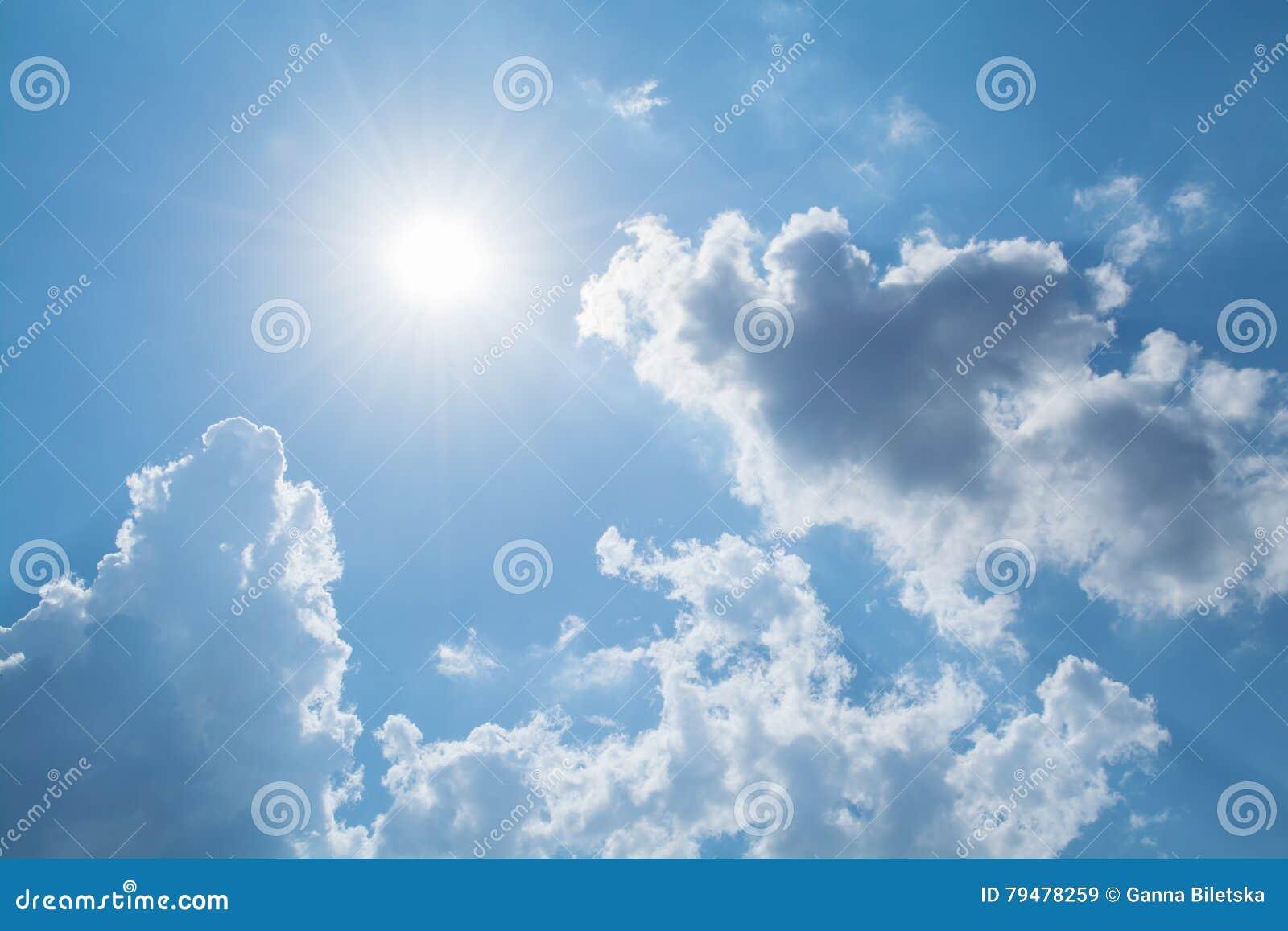 太阳发出光线反对在云彩的蓝天