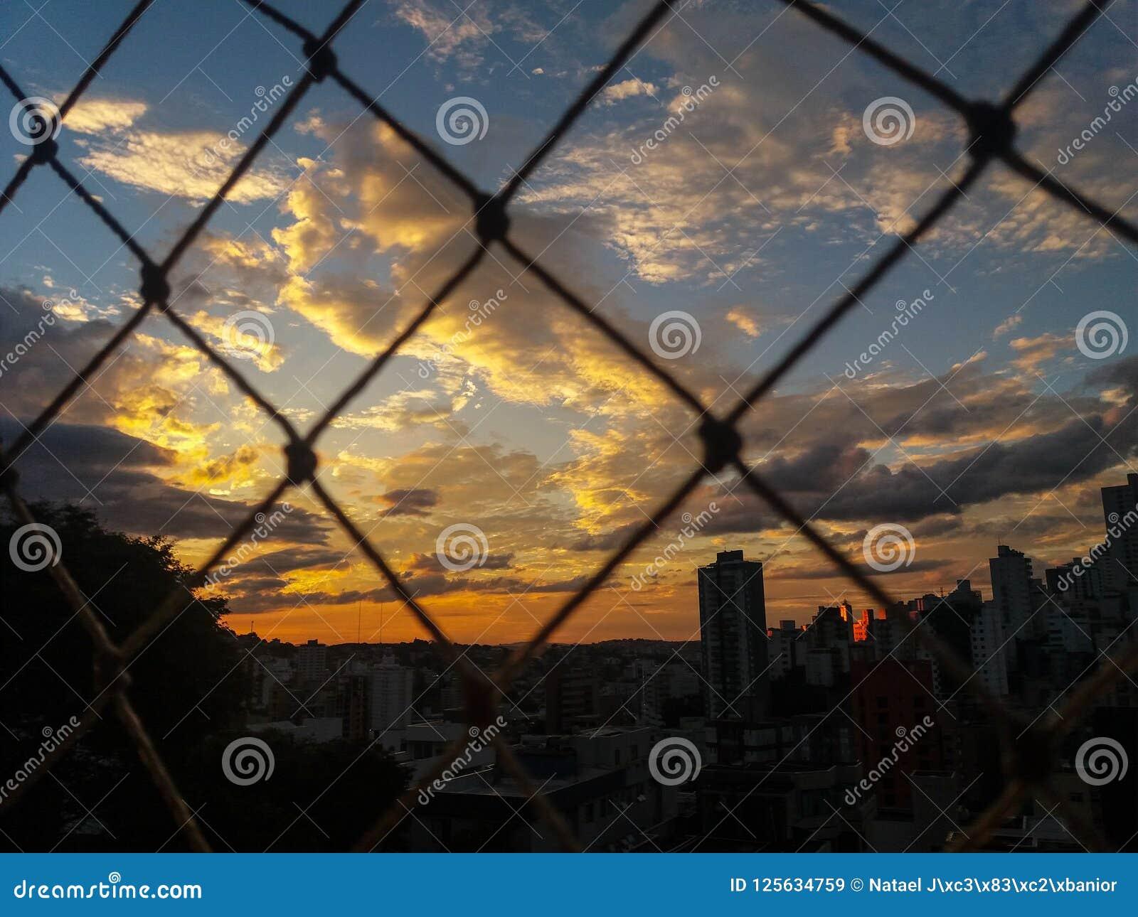 太阳在晚上点燃在贝洛奥里藏特市,巴西
