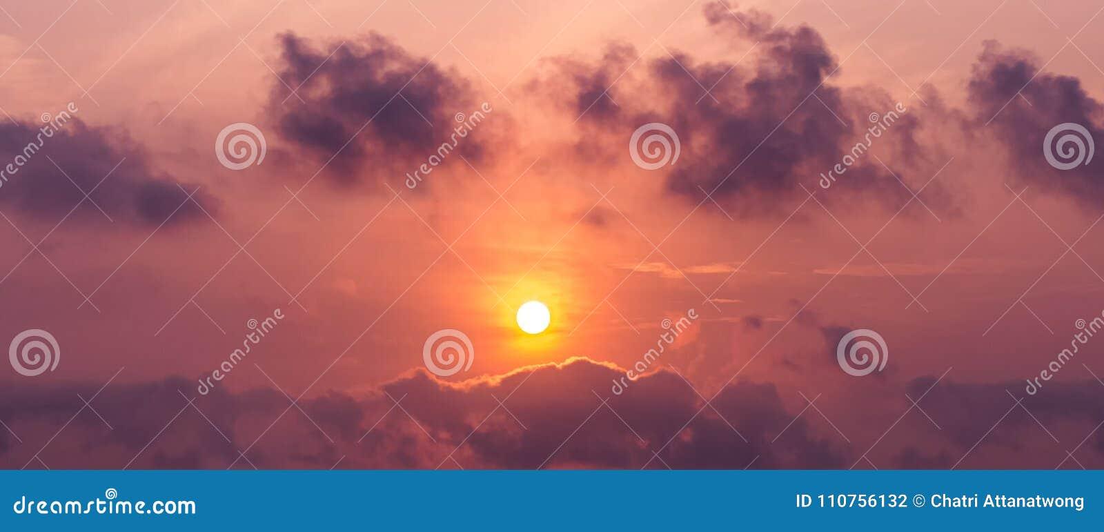 太阳的全景图片在天空和积云的在暮色时间