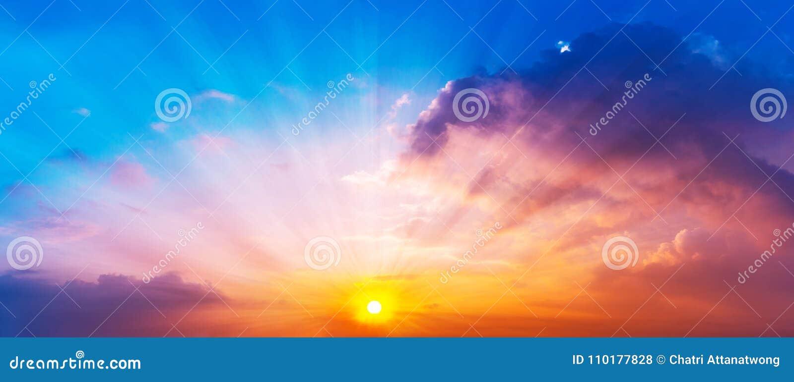 太阳的全景图片是光亮的在暮色天空和五颜六色的云彩
