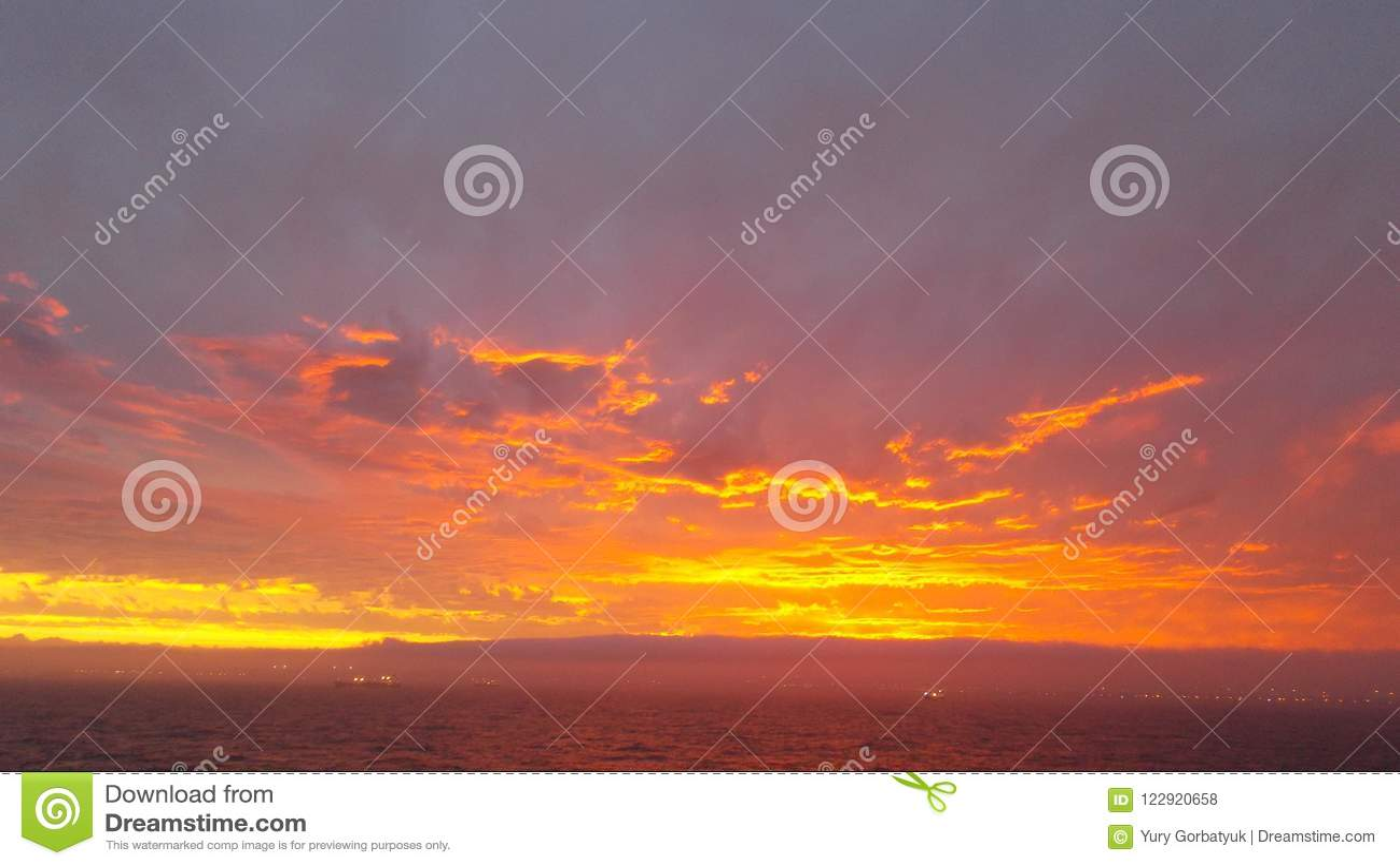 太阳绘了金子颜色的天空