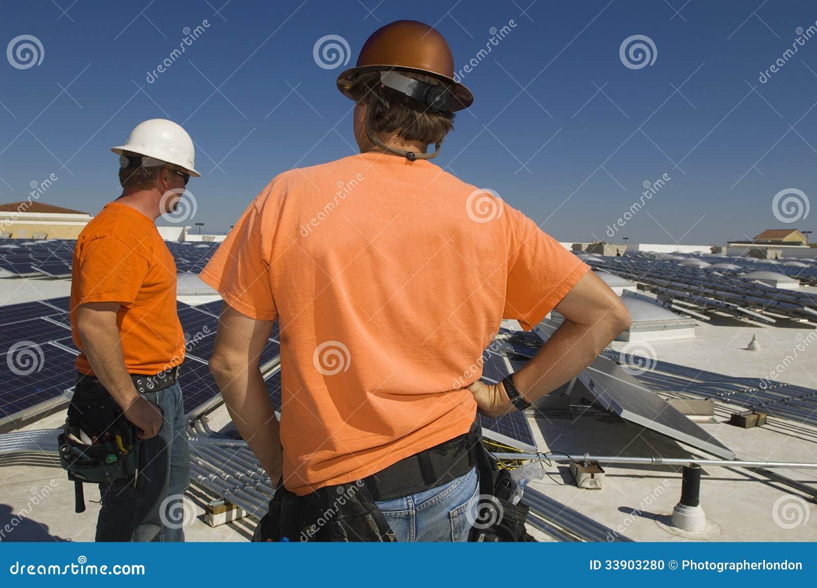太阳能发电厂的电机工程师