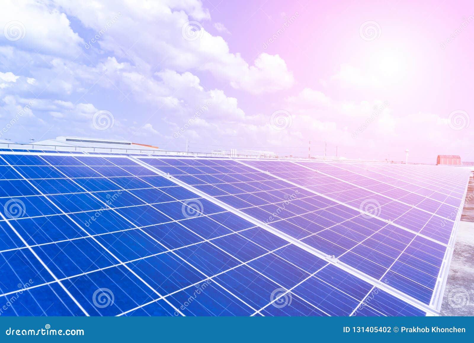 太阳能驻地光致电压的盘区在风景的以太阳热  在视图之上