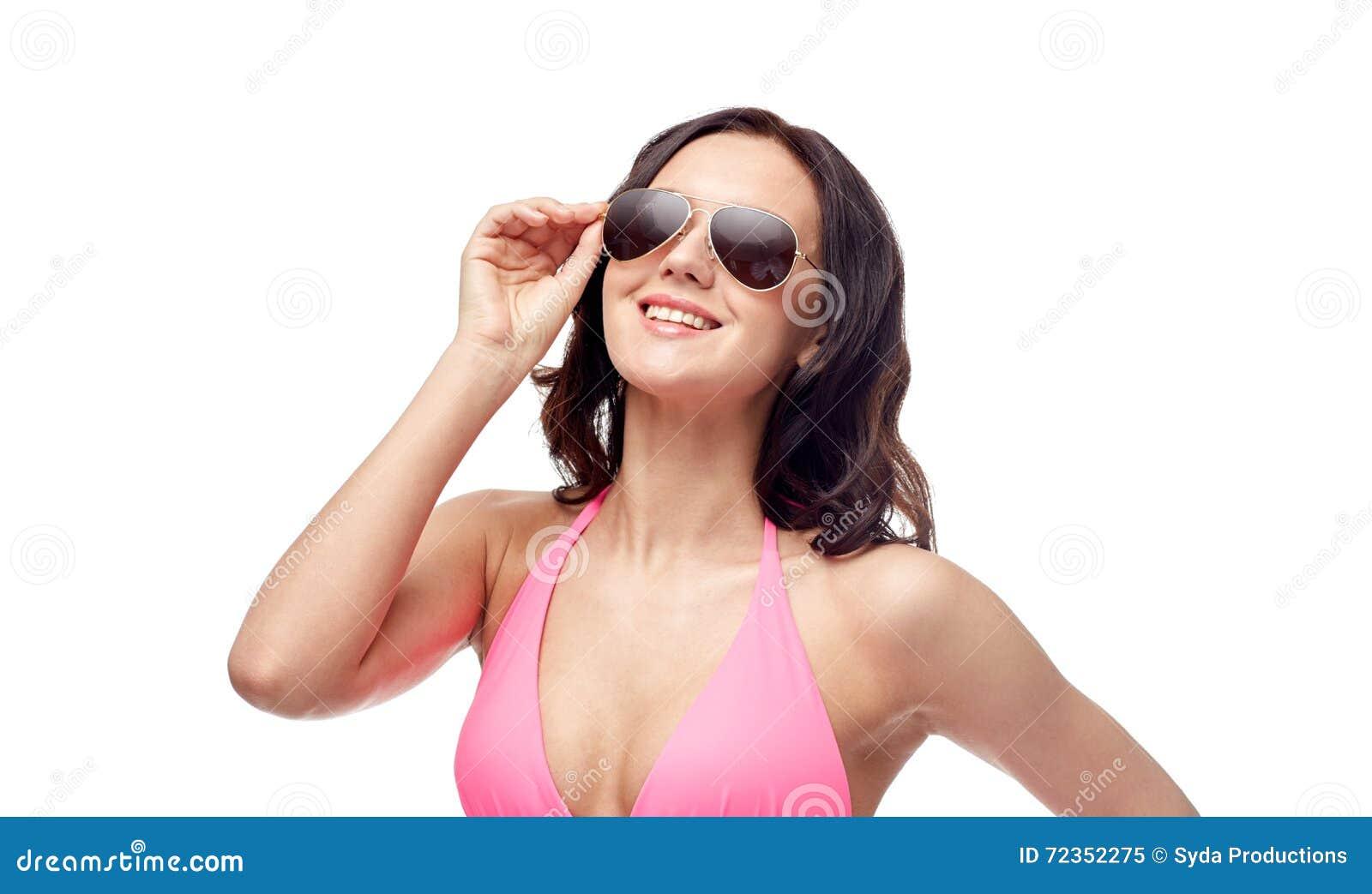 太阳镜和比基尼泳装泳装的愉快的妇女