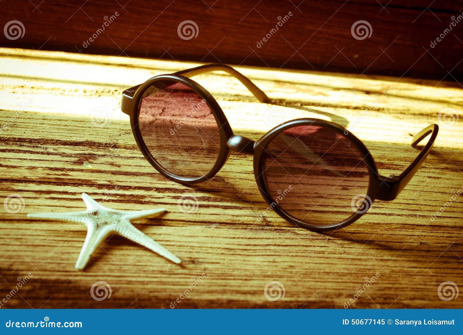 Download 太阳镜和海星在木 库存图片. 图片 包括有 玻璃, 楼层, 没人, 降低, 生活方式, 生活, 创造性, 太阳镜 - 50677145