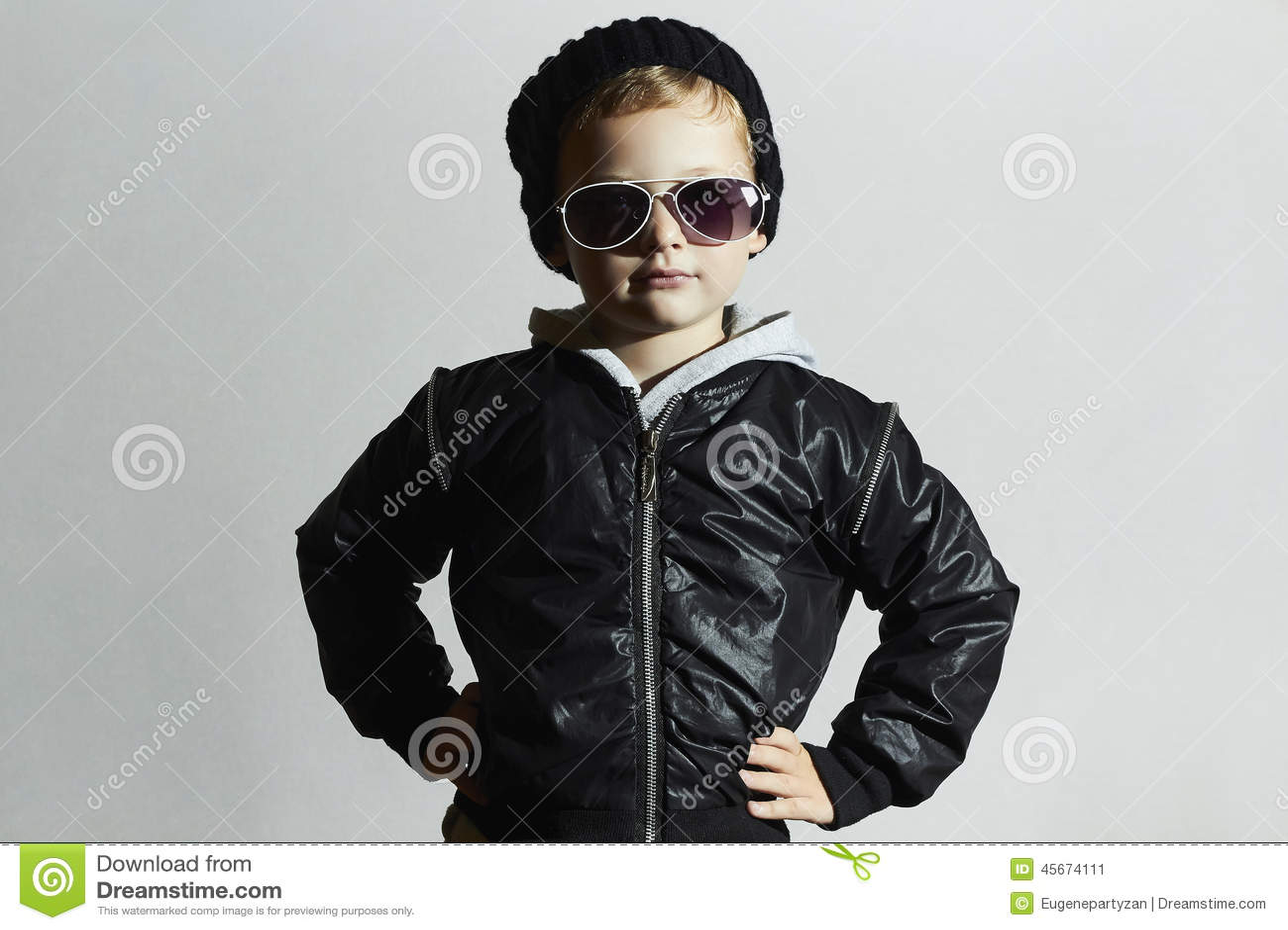 太阳镜的时兴的小男孩 黑盖帽的孩子 冬天样式 塑造孩子