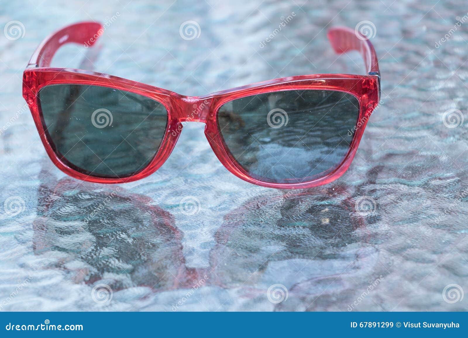 太阳镜背景是玻璃