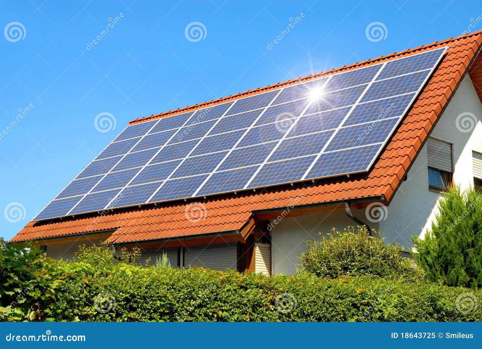 太阳面板红色的屋顶