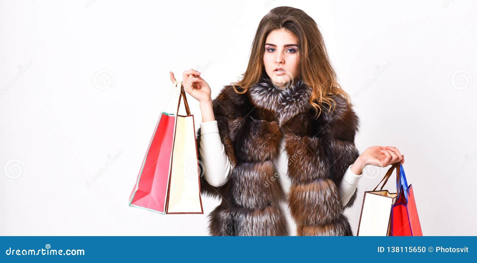 夫人拿着购物带来 贴现和销售额 在黑星期五,Fashionista购买衣裳 女孩构成毛茸的外套购物
