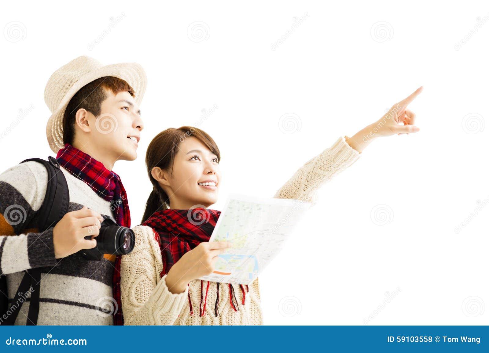 年轻夫妇享受旅行以冬天穿戴