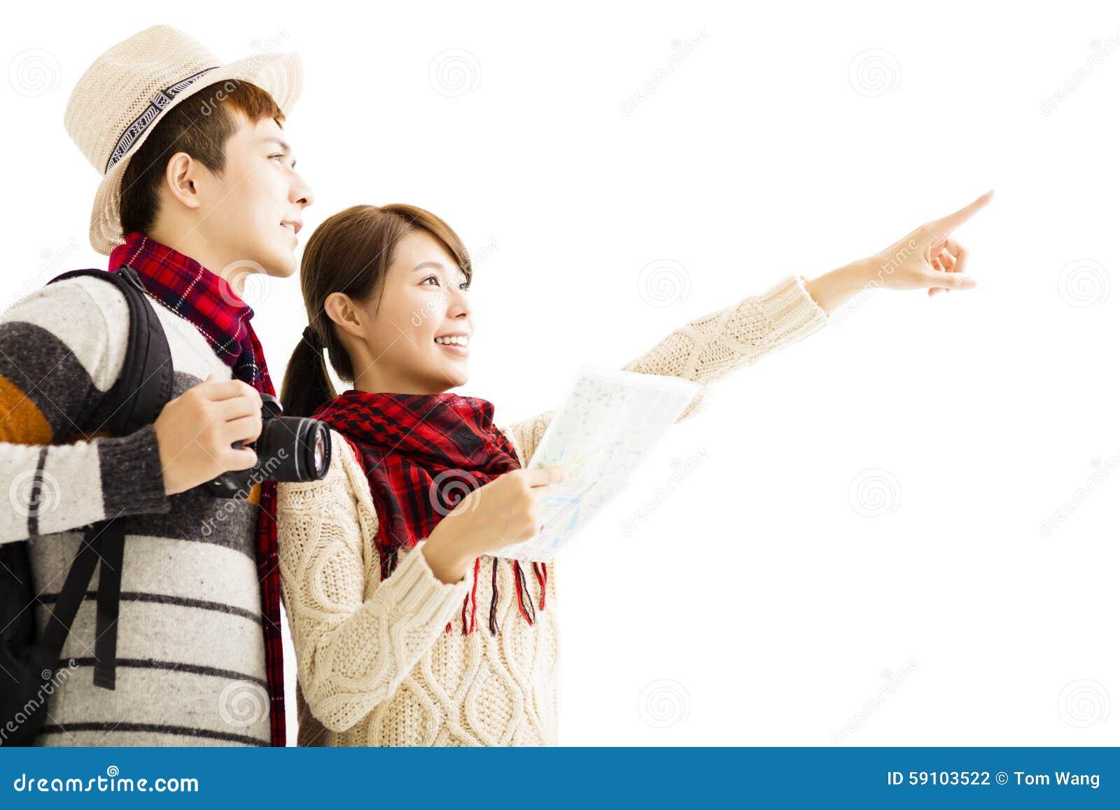 年轻夫妇享受旅行以秋天穿戴