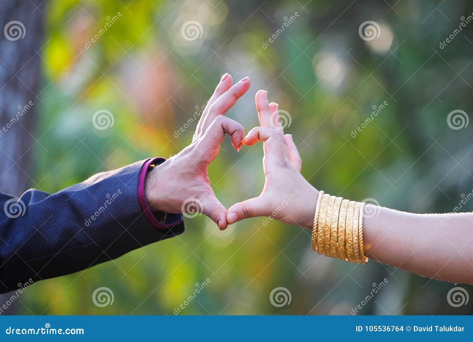 夫妇做了与手指的心脏形状