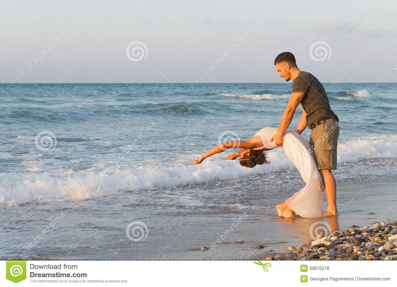 Download 年轻夫妇喜欢走在一个朦胧的海滩在 库存照片. 图片 包括有 有薄雾, 生活方式, 心情, 感觉, 黄昏, 情感 - 50675278