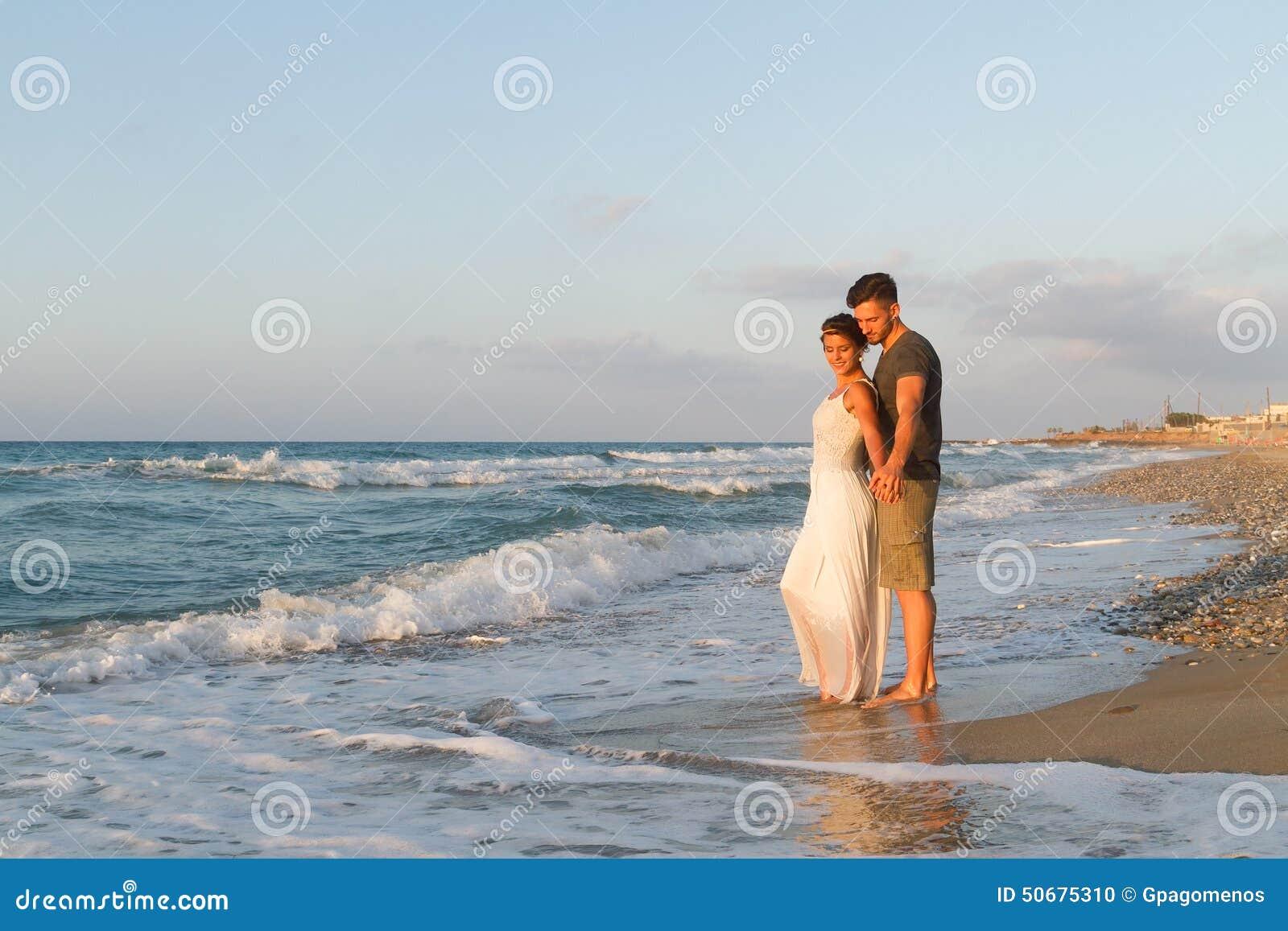 Download 年轻夫妇喜欢走在一个朦胧的海滩在 库存照片. 图片 包括有 无耻的, 心情, 生活方式, 柔软, 言情, 人们 - 50675310