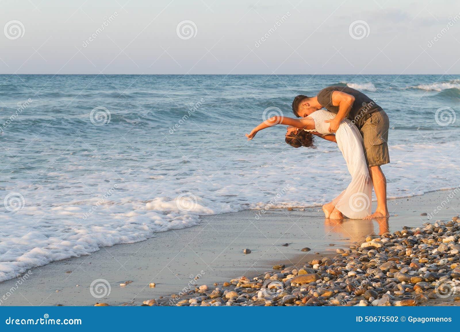 Download 年轻夫妇喜欢走在一个朦胧的海滩在 库存照片. 图片 包括有 幸福, 浪漫, 海运, 戏弄, 柔软, 日落 - 50675502
