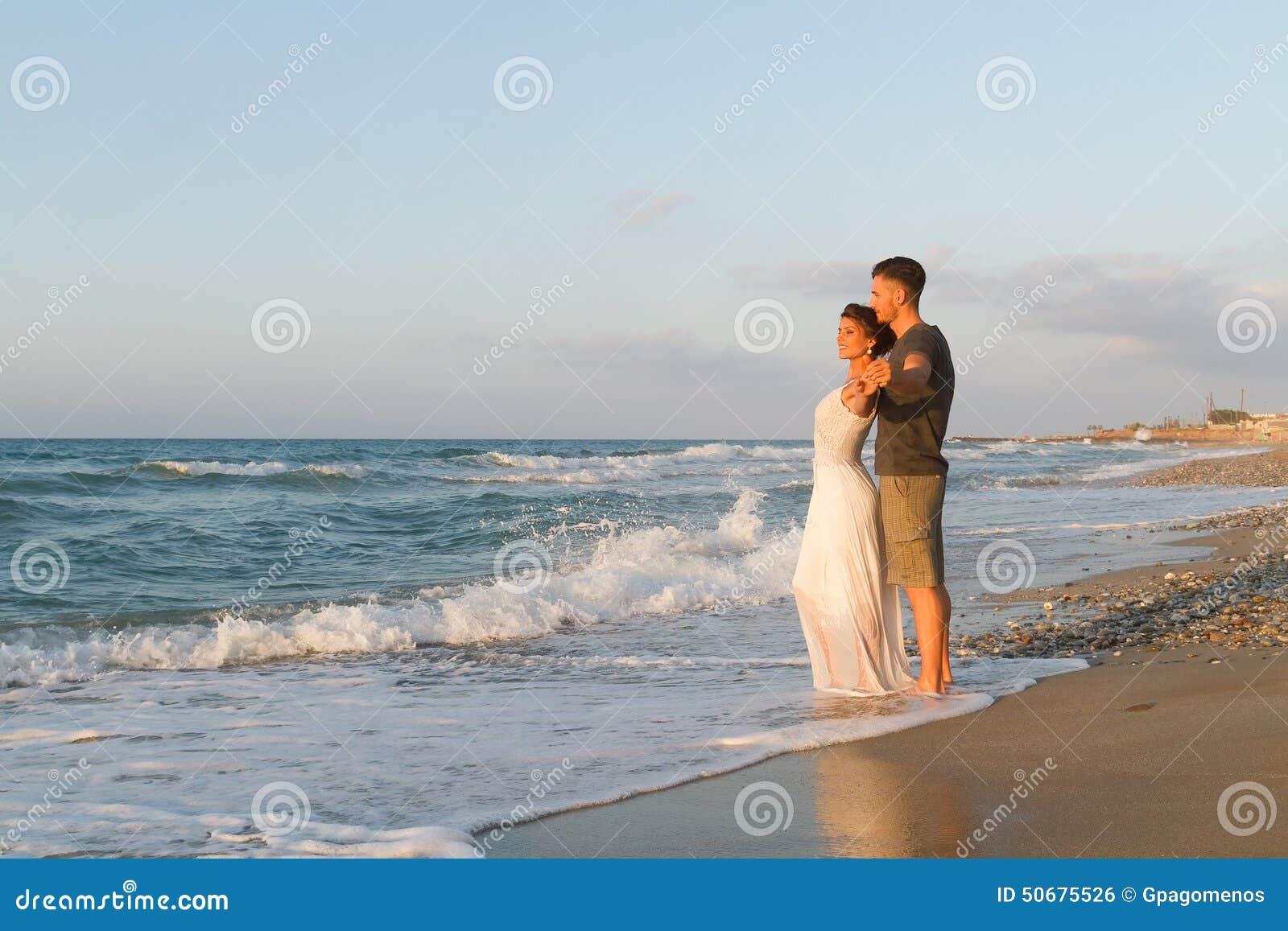 Download 年轻夫妇喜欢走在一个朦胧的海滩在 库存照片. 图片 包括有 关系, 黄昏, 心情, 夫妇, 休闲, 放松 - 50675526