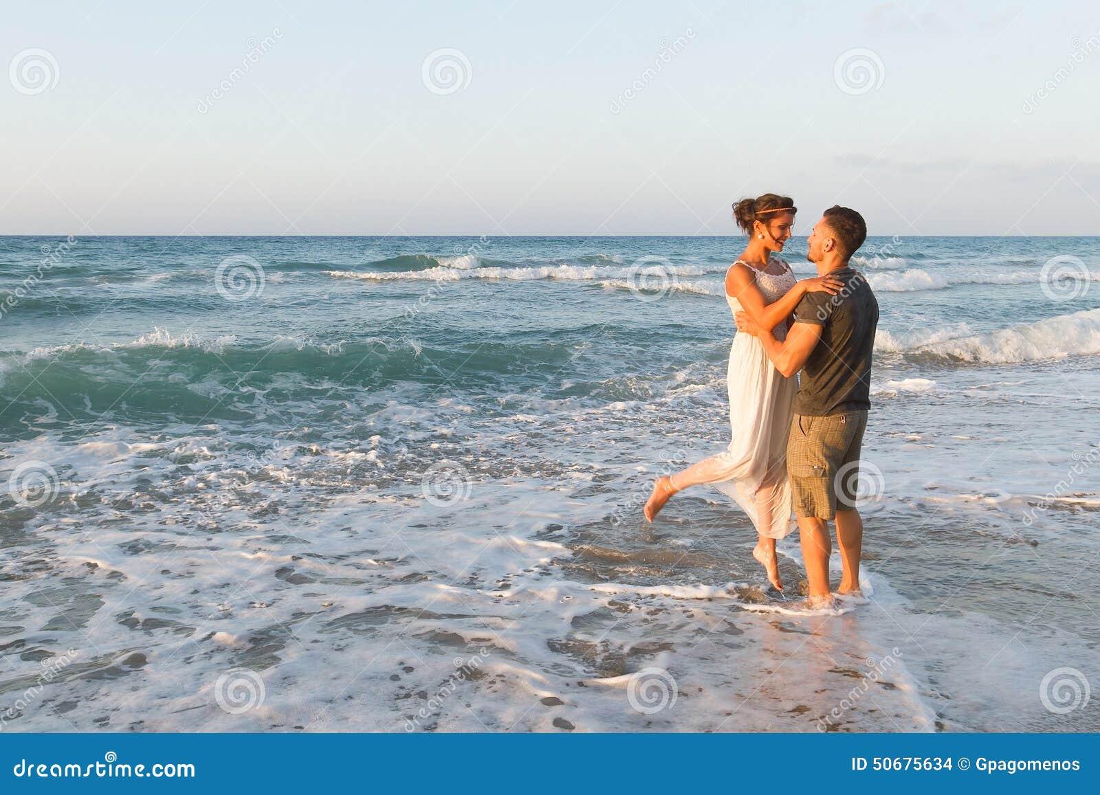 Download 年轻夫妇喜欢走在一个朦胧的海滩在 库存照片. 图片 包括有 关系, 戏弄, 幸福, 亲吻, 火箭筒, 热情地 - 50675634