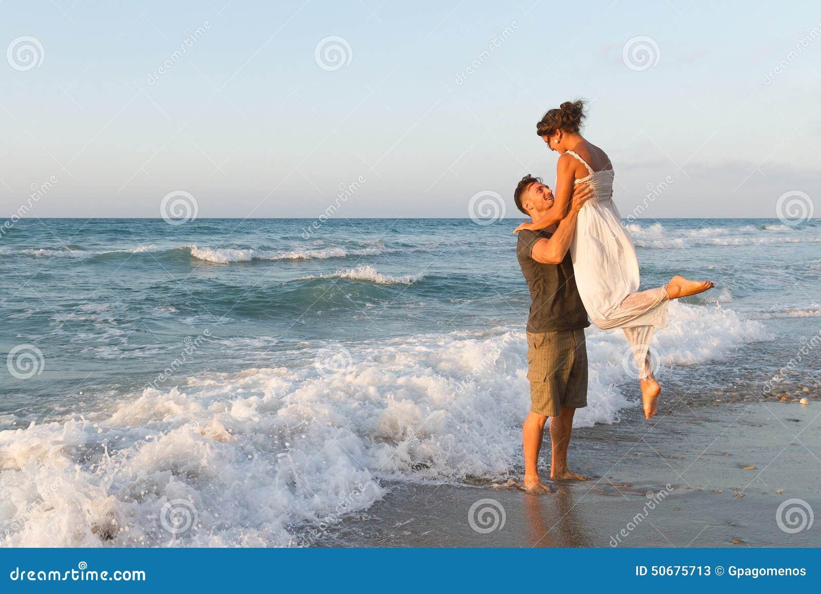 Download 年轻夫妇喜欢走在一个朦胧的海滩在 库存图片. 图片 包括有 休闲, 恋人, 幸福, 日落, 室外, 热情地 - 50675713