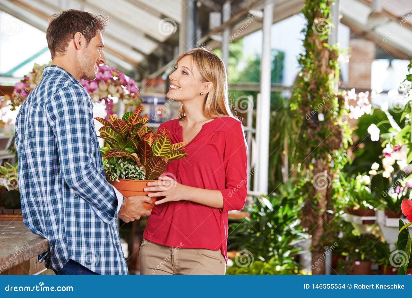 夫妇在从事园艺一起买