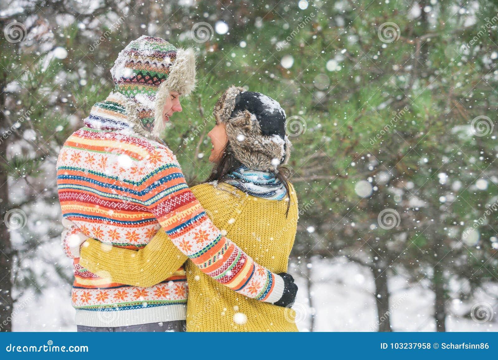 夫妇在冬天公园