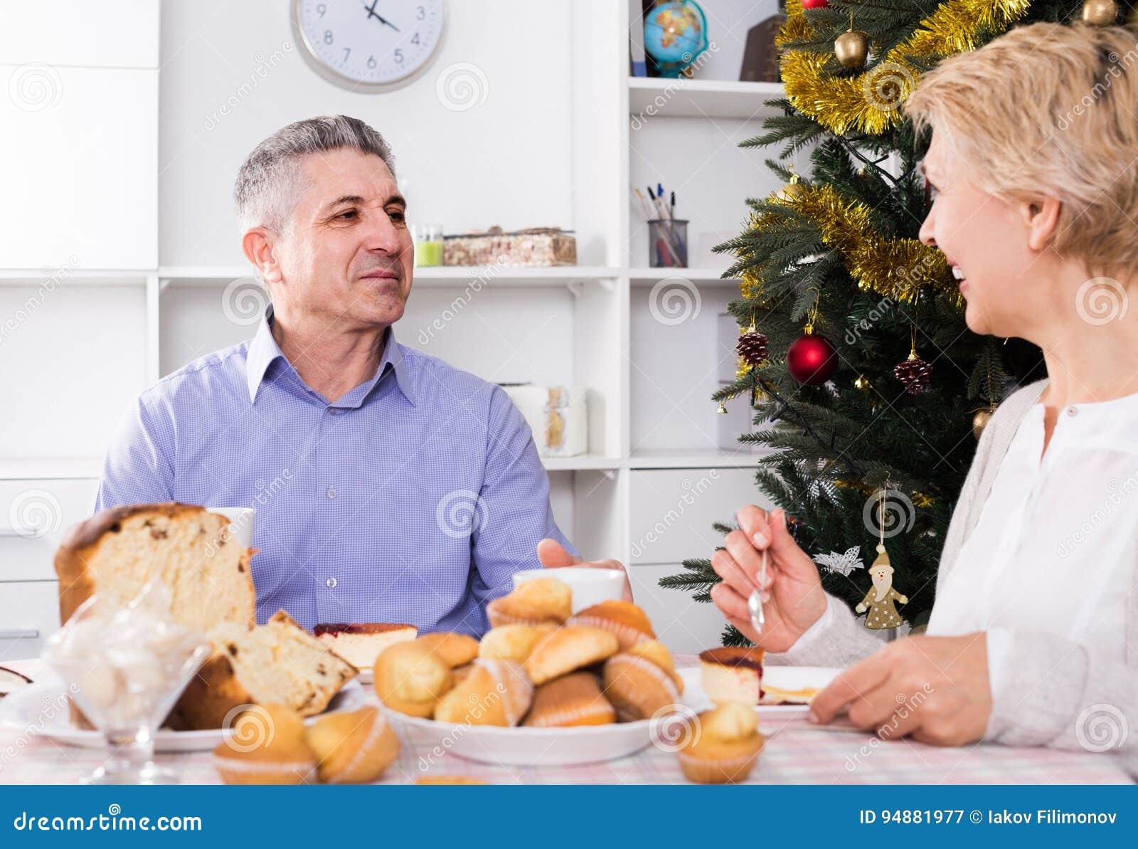 夫妇在家庆祝圣诞节和新年的桌上