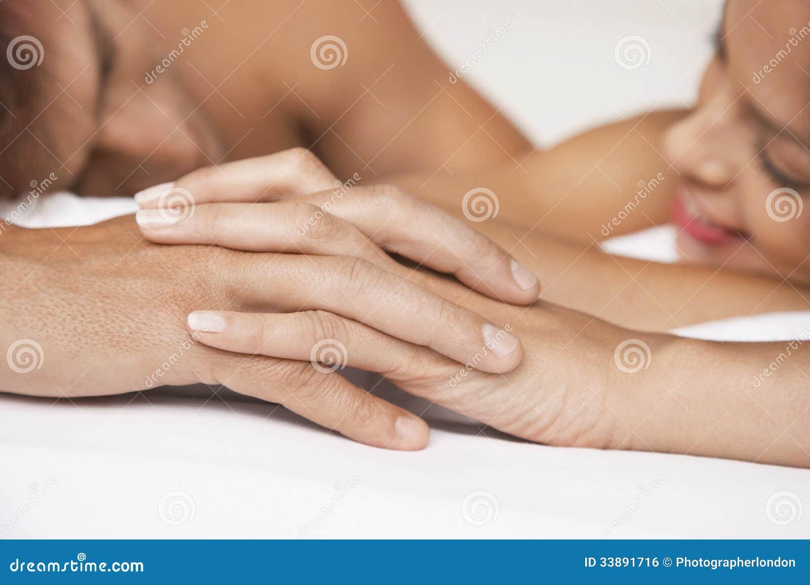 夫妇在床上的握手