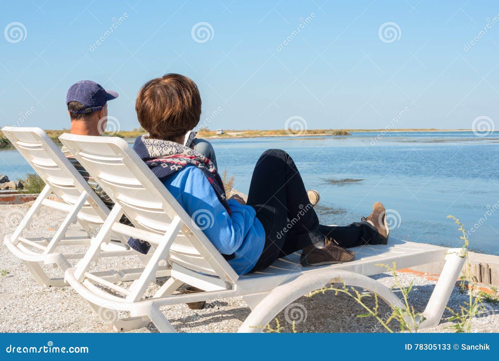 夫妇在海滩放松