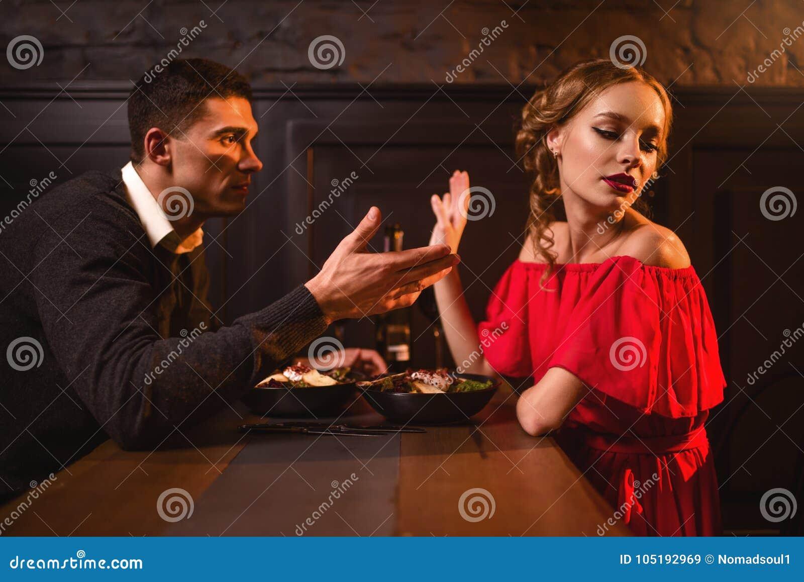 夫妇在餐馆,坏关系争吵