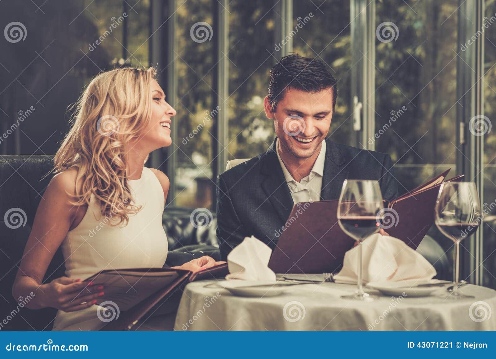 夫妇在餐馆