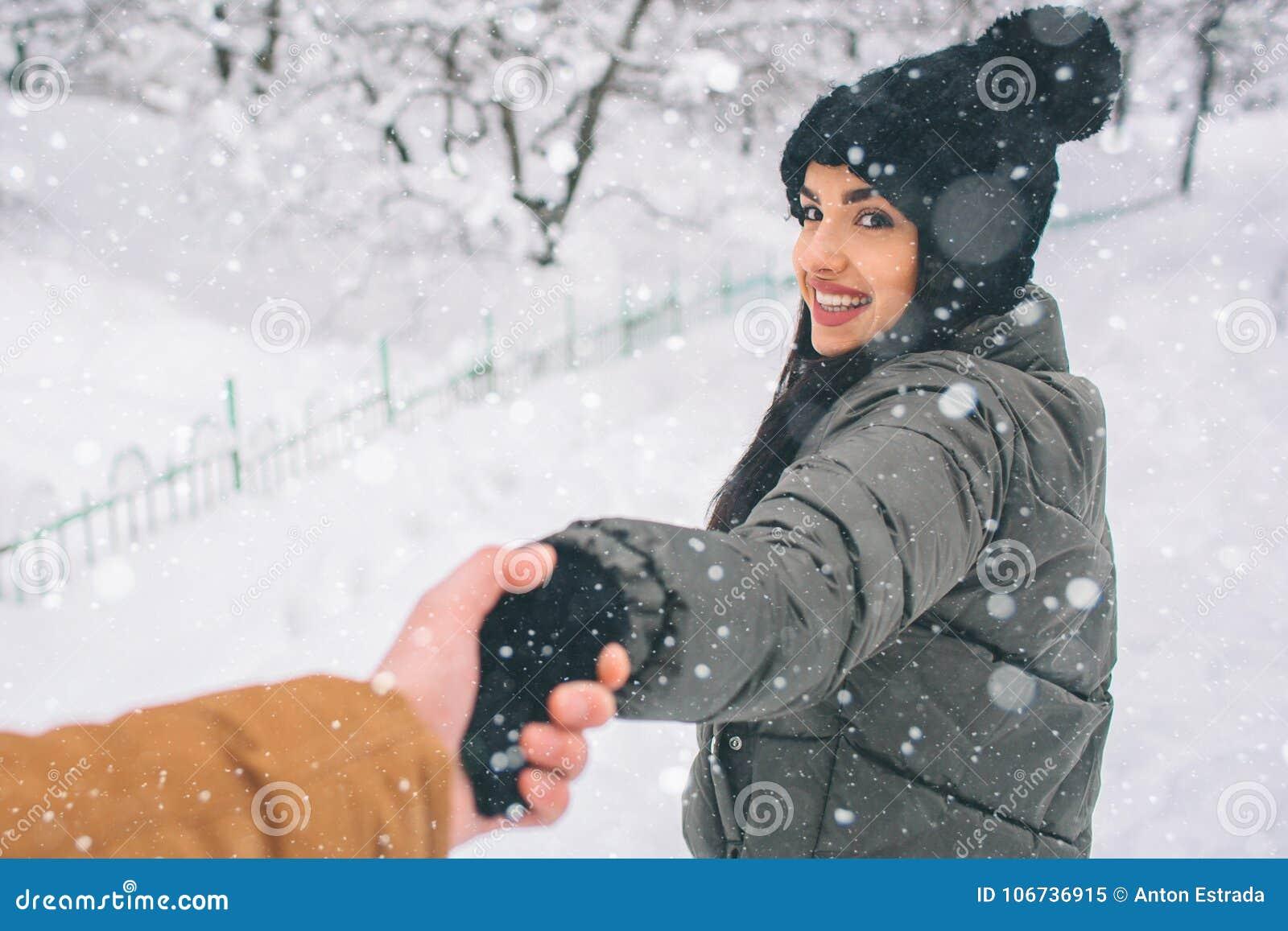 夫妇愉快的冬天年轻人 户外系列 看起来的男人和的妇女向上和笑 爱、乐趣、季节和人们