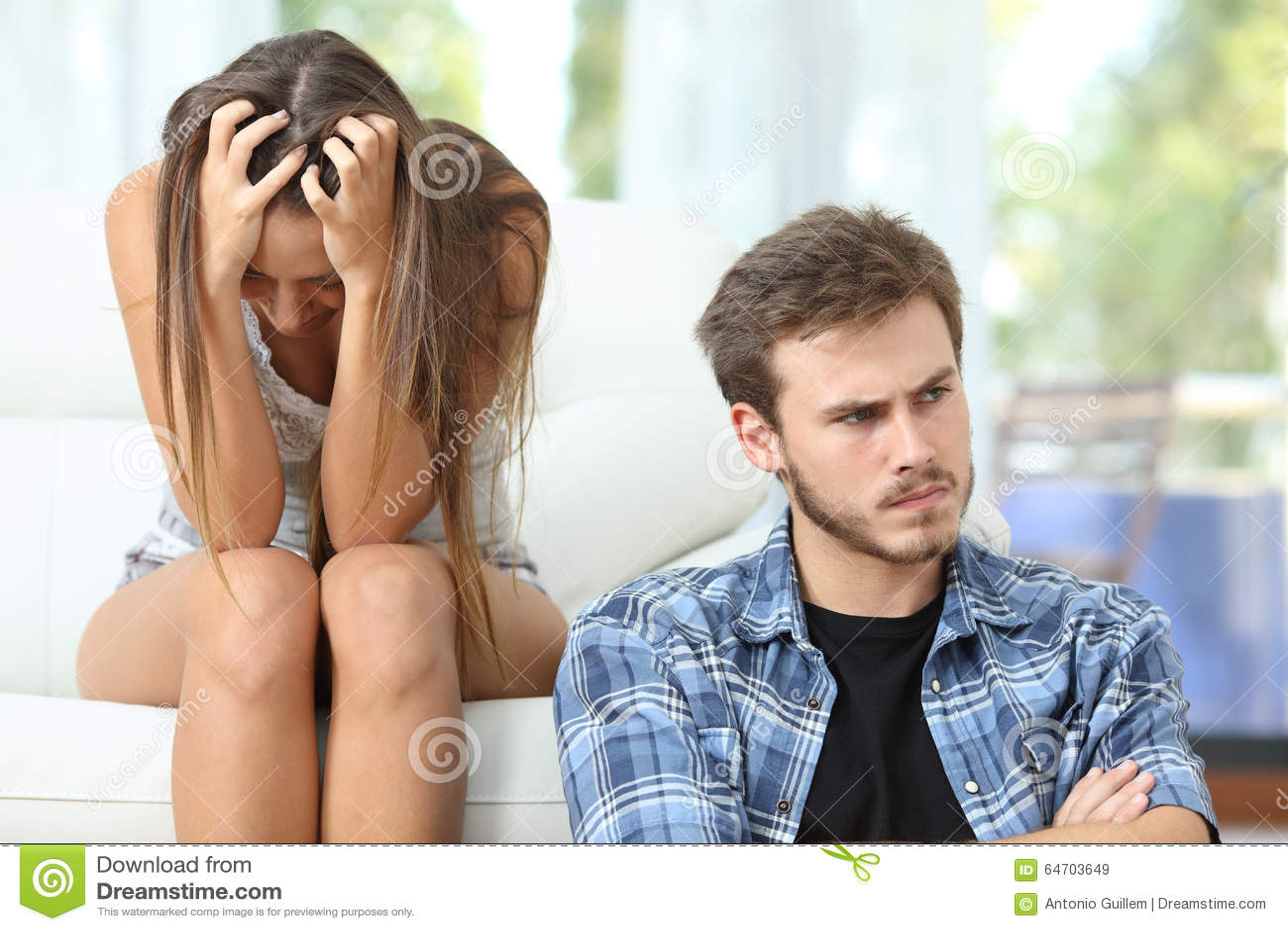 夫妇或婚姻恼怒和哀伤在论据以后