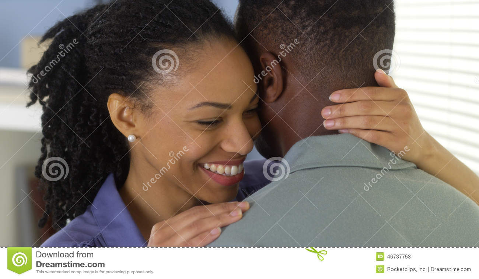 年轻黑夫妇拥抱
