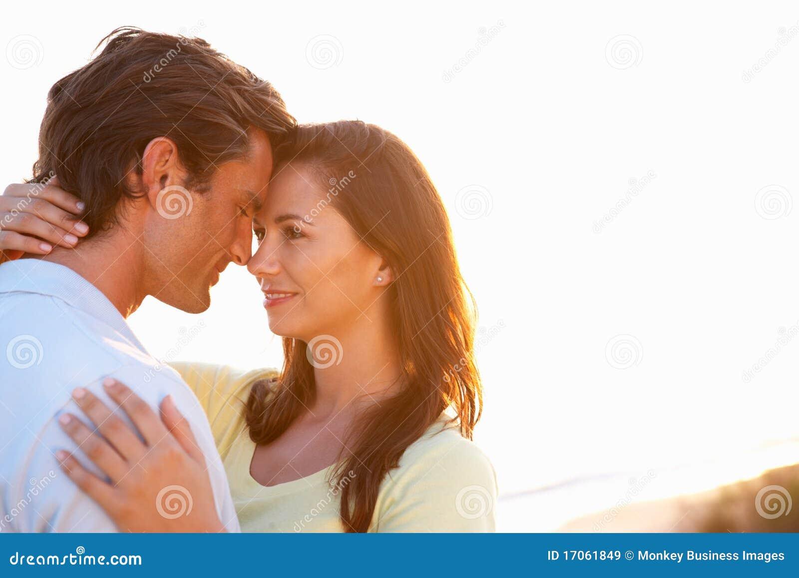 夫妇爱浪漫日落年轻人