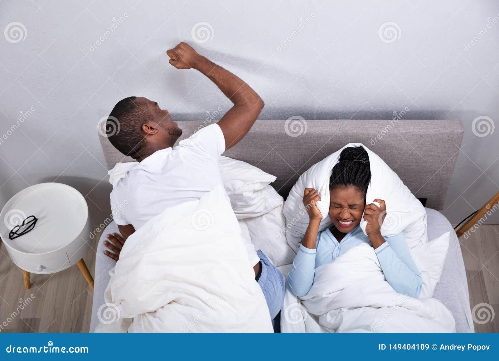 夫妇由在床上的噪声打扰