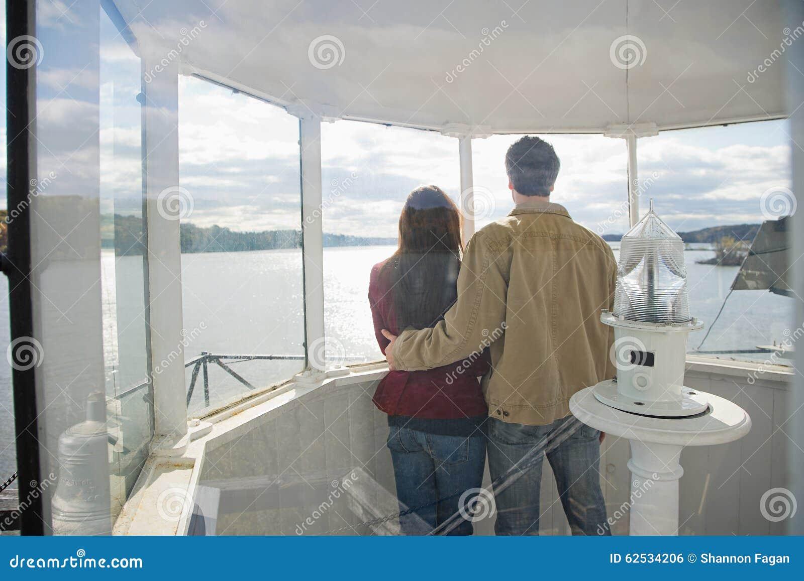 夫妇的背面图