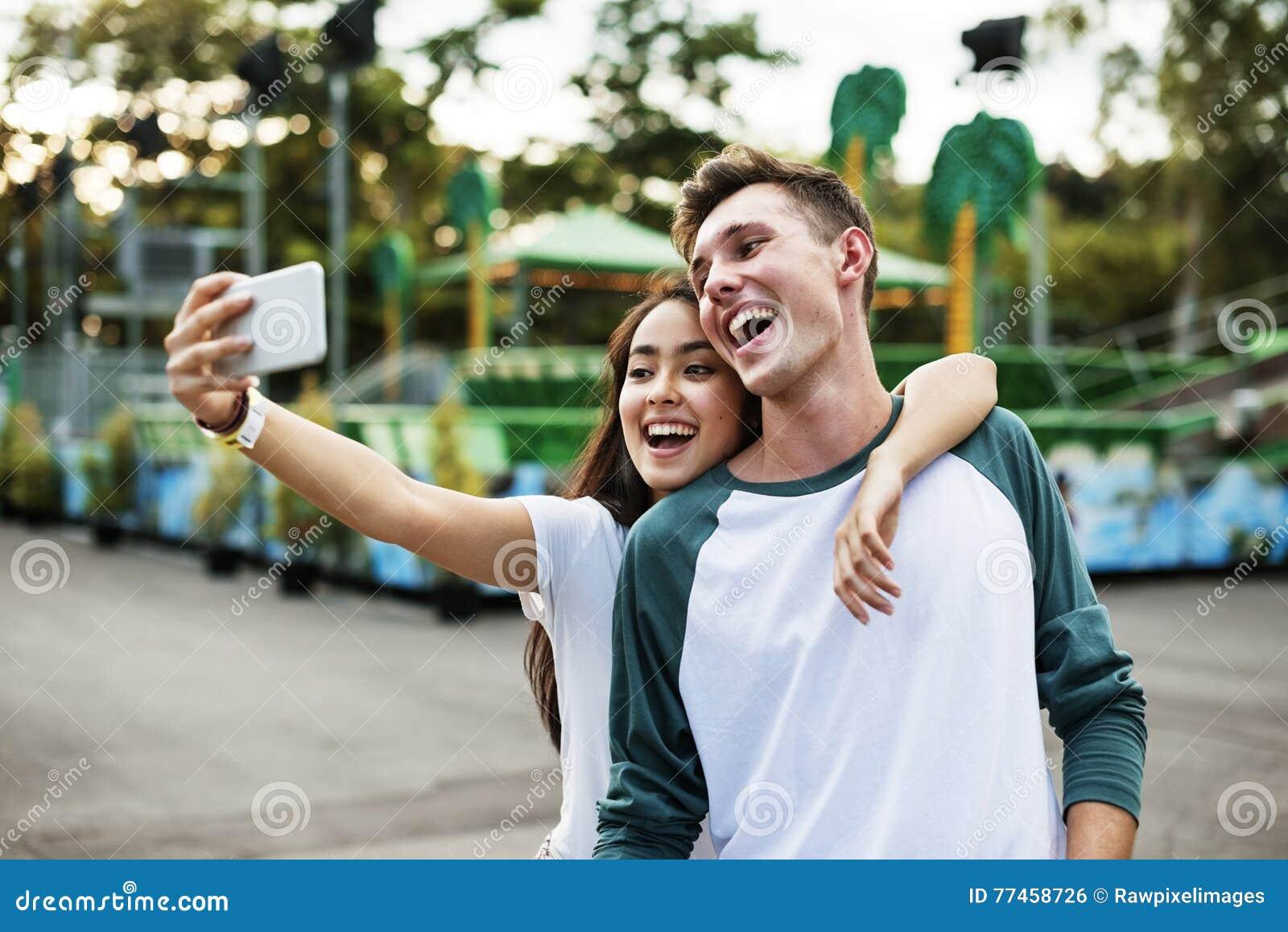 夫妇约会拥抱概念的游乐园享受