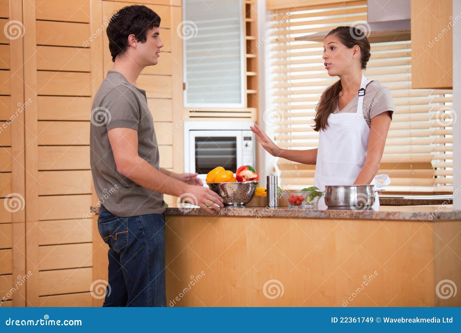 夫妇联系在厨房里
