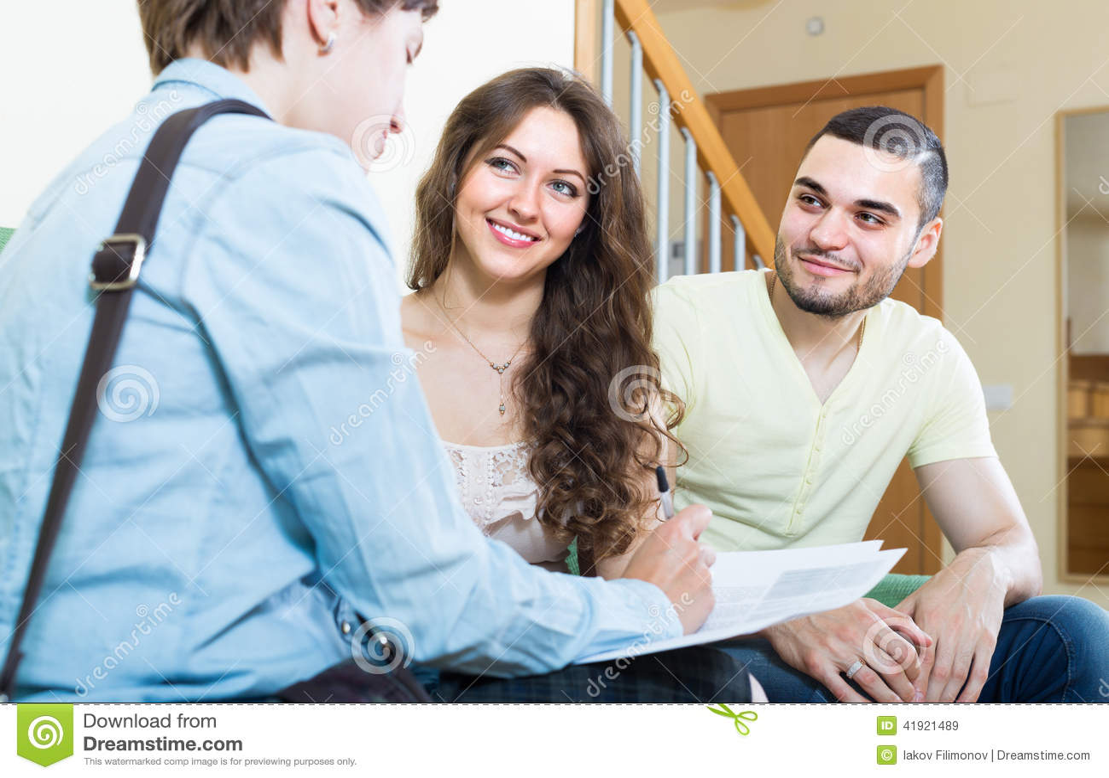 夫妇谈话与保险代理公司