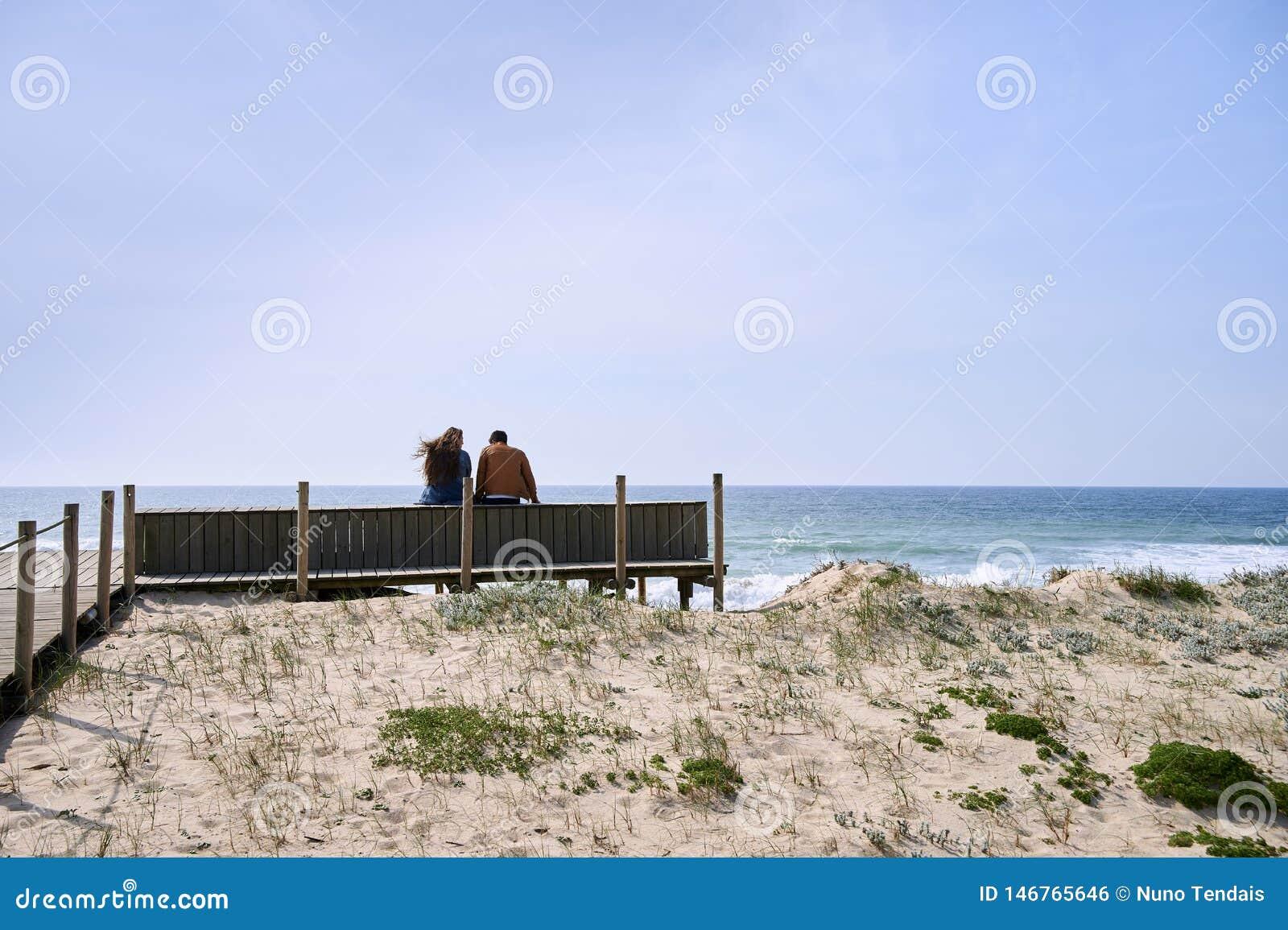 夫妇谈话在海滩附近
