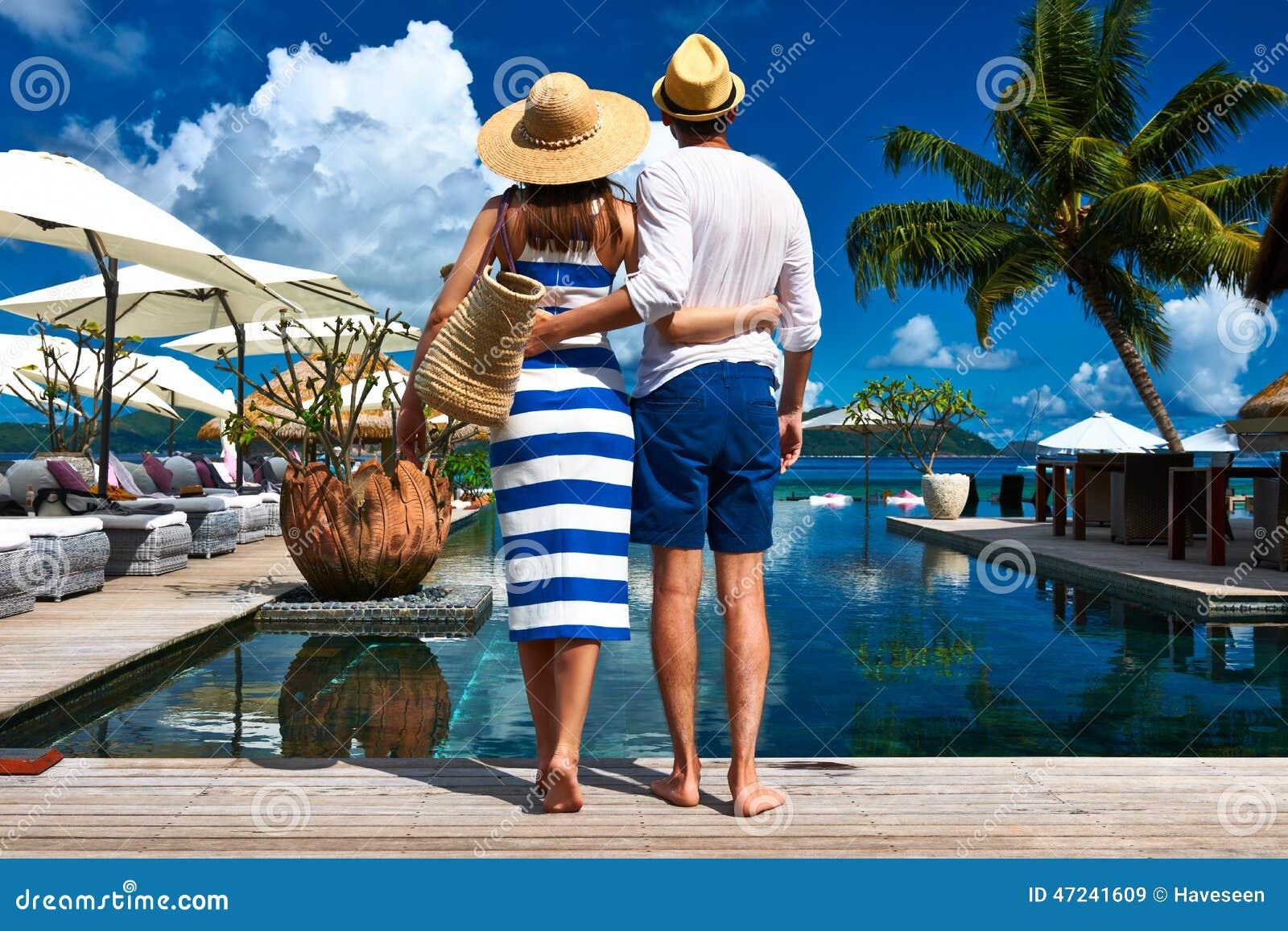 夫妇临近游泳池边