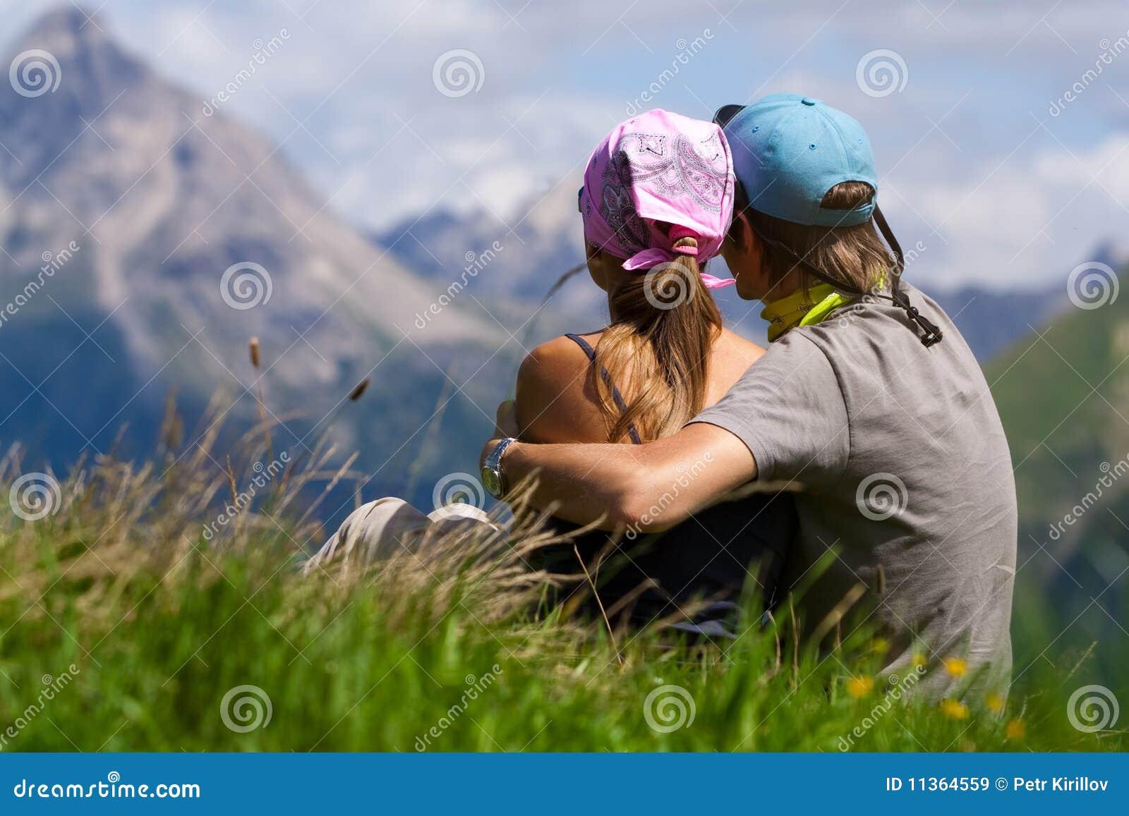 夫妇enjoing的山景