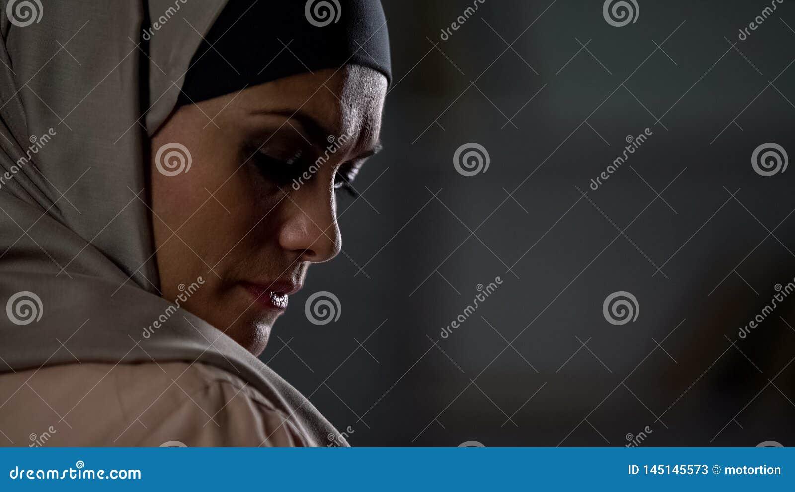 失望回教妇女叹气哀伤地,文化局限,绝望危机